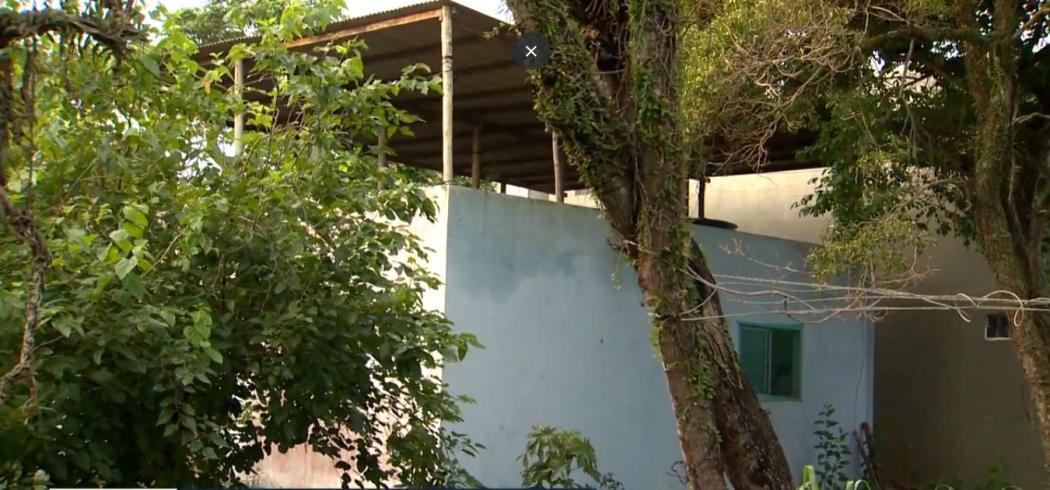 Casa onde o corpo da vítima foi encontrado. Crédito: Reprodução / TV Gazeta