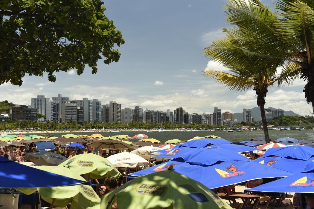 Banhistas aproveitam feriado com sol na Curva da Jurema e na Ilha do Boi, em Vitória. Crédito: Vitor Jubini