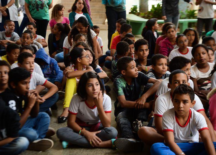 O ministro da saúde, Marcelo Castro, em mais uma etapa da campanha nacional de combate ao Aedes aegypti, fala no encerramento da Semana Saúde na Escola para alunos do Centro Educacional 01 - Estrutural. Crédito: Antonio Cruz/Agência Brasil