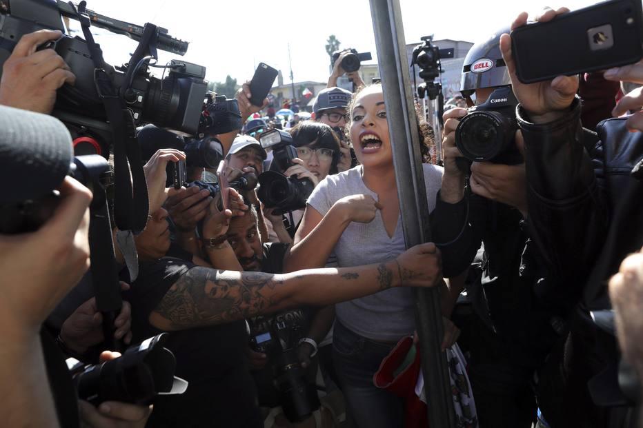 Tensão aumentou depois que mais de 3 mil migrantes da caravana chegaram recentemente à cidade mexicana . Crédito: Rodrigo Abd/AP