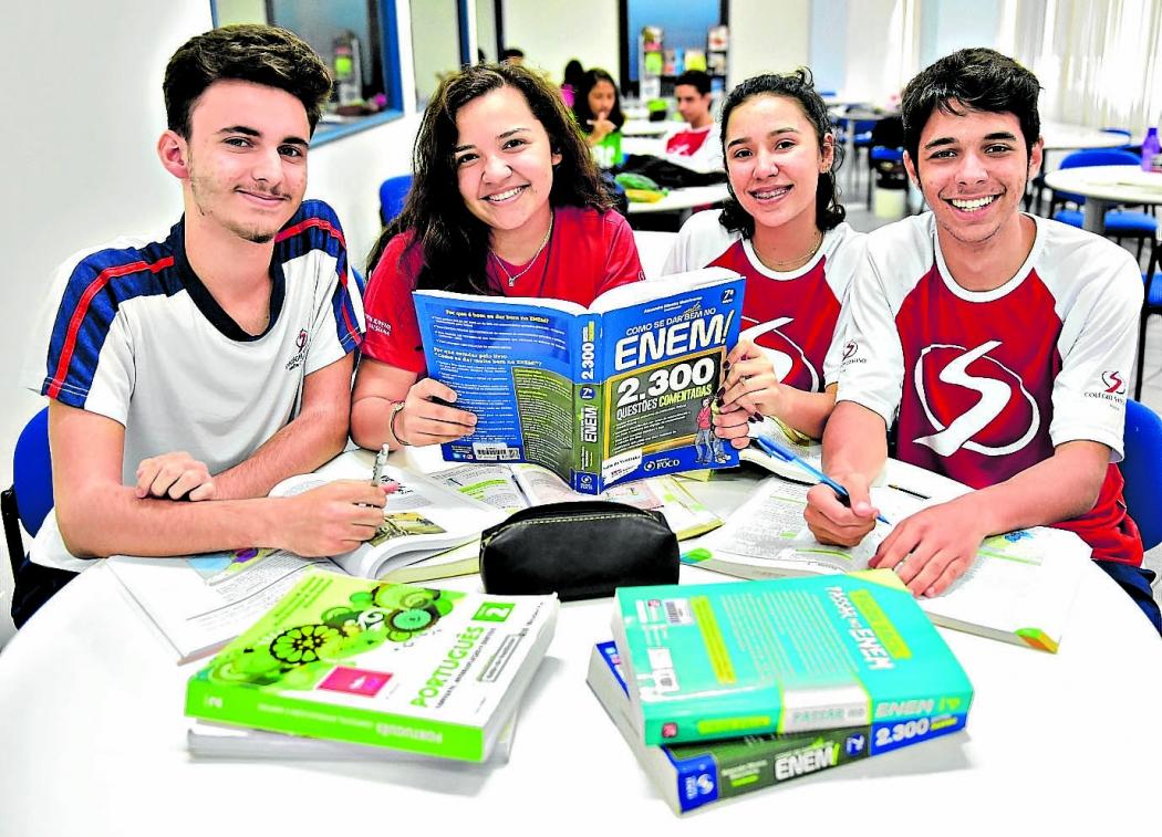 Os amigos Matheus, Victória, Juliana e Luiz Henrique estão divididos quanto à mudança do Enem, prevista para 2021. Crédito: Marcelo Prest