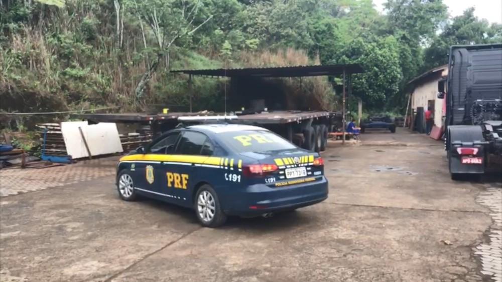 Policiais cumprem mandado em oficina de Viana. Crédito: André Falcão/TV Gazeta