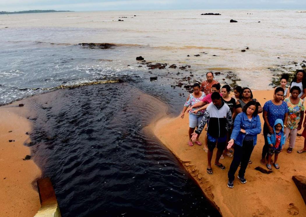 Moradores reclamam de mancha preta no mar de Nova Almeida. De acordo com eles, esgoto irregular tem sido despejado na região. Crédito: Ricardo Medeiros