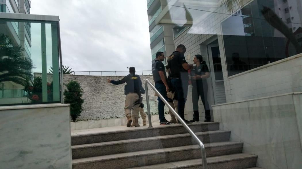 PRF e Gaeco cumprem mandado de prisão e de busca e apreensão contra um dos integrantes da quadrilha em um condomínio localizado em Coqueiral de Itaparica, Vila Velha. Crédito: Kaique Dias/Gazeta Online
