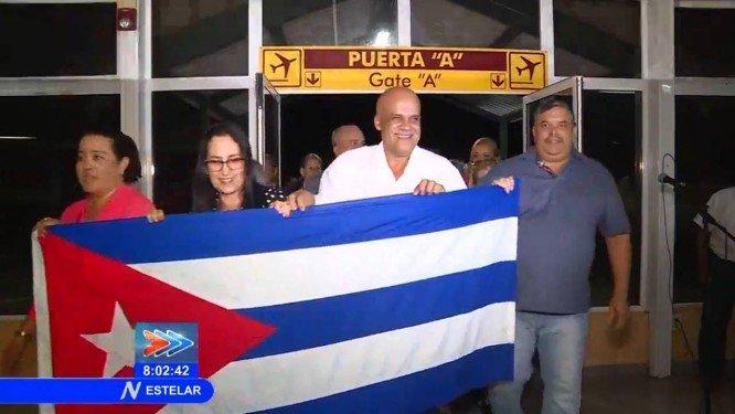 Médicos cubanos desembarcam no aeroporto de Havana. Crédito: Reprodução/CubaTV