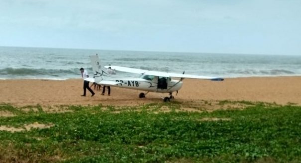 A aeronave realizou um pouso forçado na Praia dos Recifes, em Vila Velha, por volta das 11h desta quinta-feira (22). Crédito: Internauta | Gazeta Online