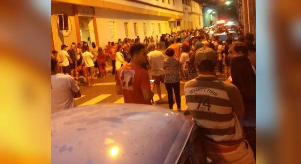 Em Muniz Freire, diversas pessoas se aglomeraram em frente ao hospital para buscar informações sobre os feridos. Crédito: Internauta   Gazeta Online