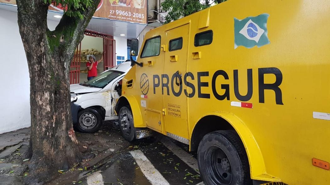Acidente envolvendo um carro-forte e uma caminhonete na Av. Paulino Muller, em Jucutuquara. Crédito: Patrícia Scalzer