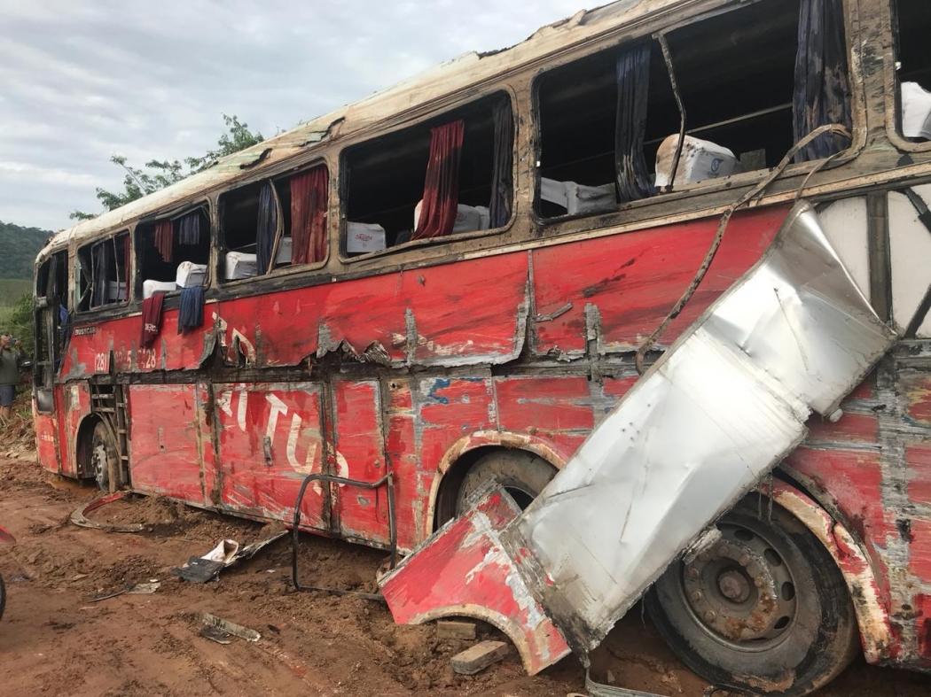 O ônibus permanece no local do acidente na manhã desta sexta-feira. Crédito: Mônica Camolesi