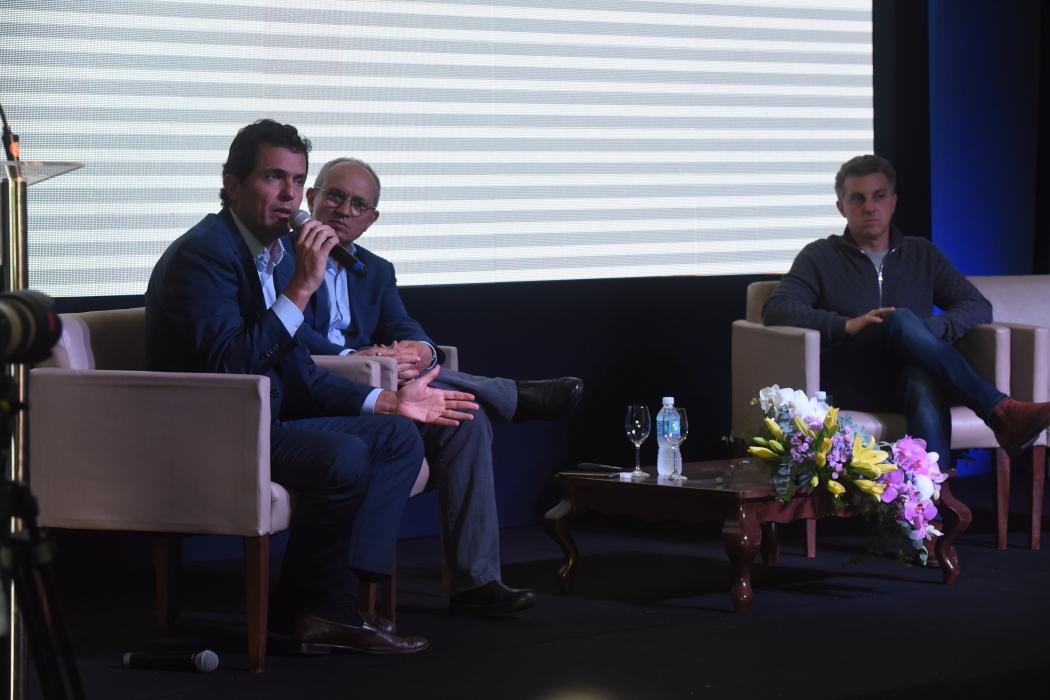 Mufarej, Hartung e Huck  participaram de palestra sobre renovação da política. Crédito: Carlos Alberto Silva