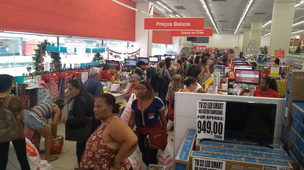 3cc5d4e16 Nas Lojas Americanas do Centro de Vitória uma multidão chegou cedo para  aproveitar as ofertas da Black Friday