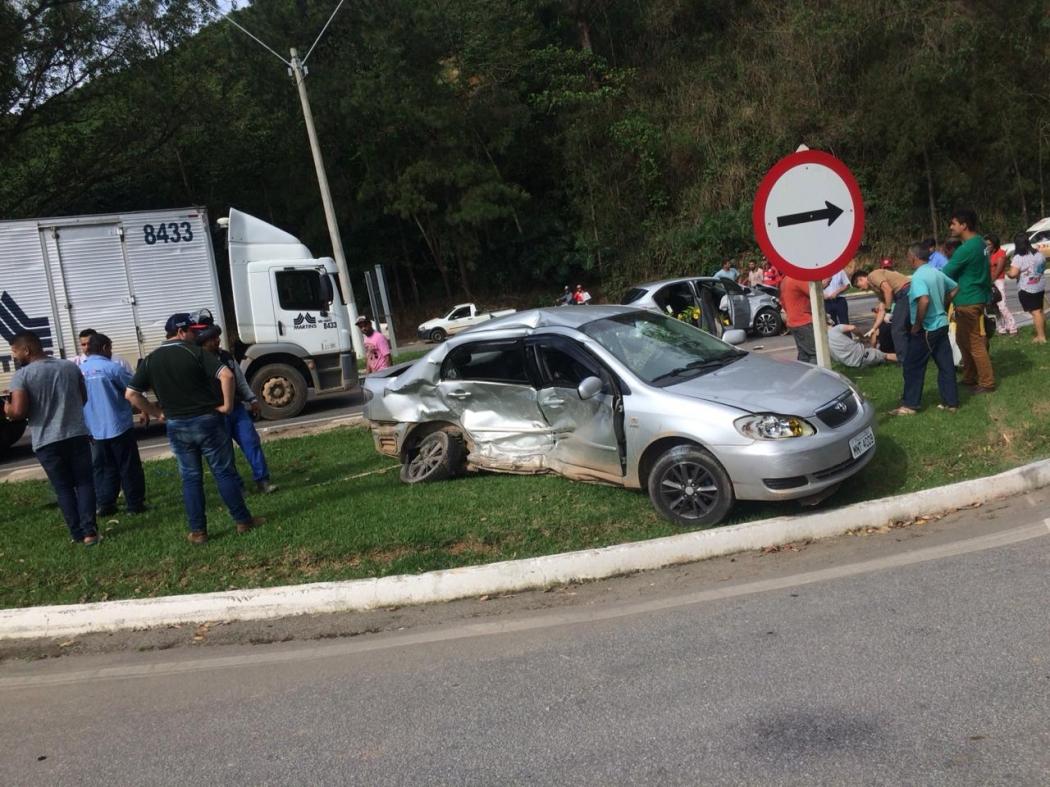 Batida aconteceu por volta das 16h, próximo ao trevo de acesso a Conceição do Castelo. Crédito: Internauta