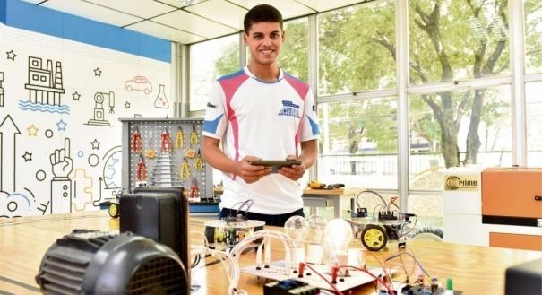 José Augusto Rocha Junior, aluno do Senai, fez automação industrial de olho no futuro tecnológico das empresas. Crédito: Fernando Madeira