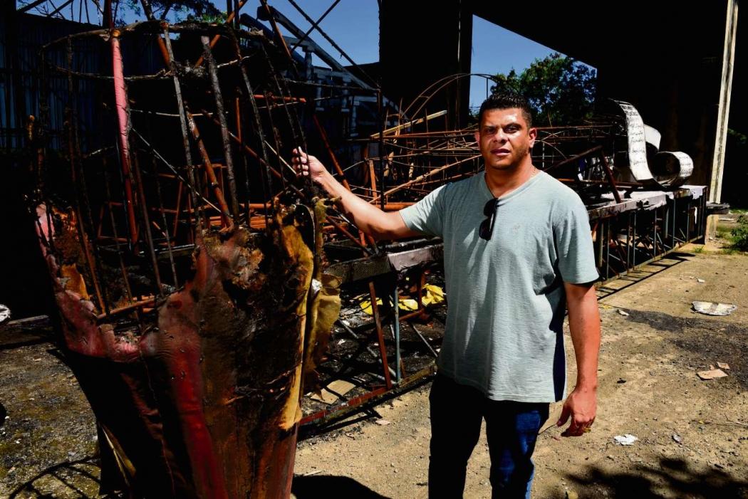 Emerson Xumbrega mostrando os carros alegóricos que pegaram fogo no galpão da Escola de samba da Boa Vista. Crédito: Ricardo Medeiros
