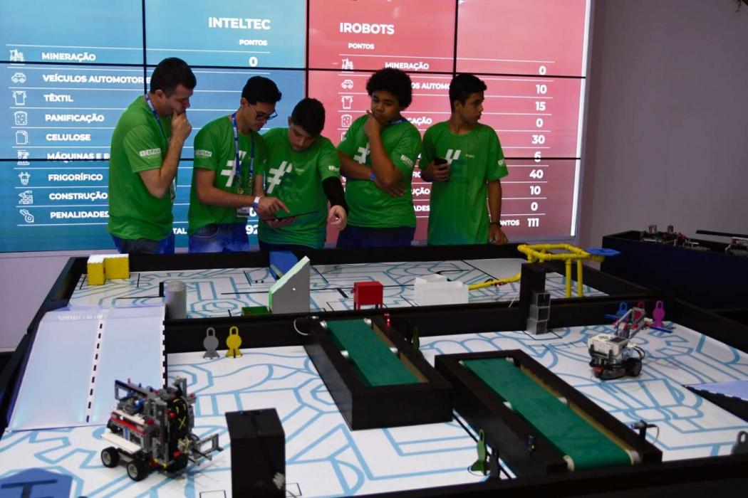 Alunos do Sesi já estão em contato com as novas tecnologias, como robótica. Crédito: Sesi/Divulgação