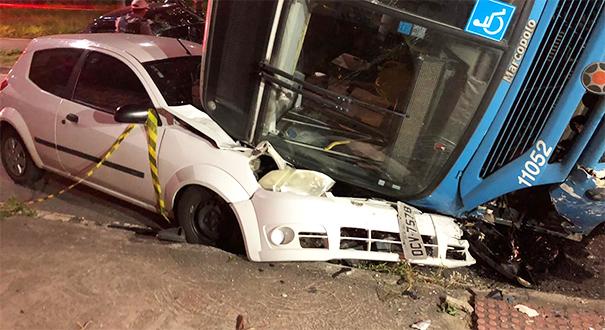 Transcol tomba sobre carros na Rodovia Norte Sul. Crédito: Rodrigo Mais