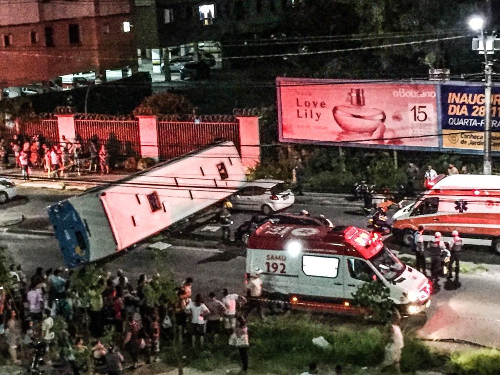 Transcol tomba sobre carros na Norte Sul. Crédito: Vítor Nogueira