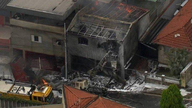 Bombeiros controlam fogo após queda de avião na Zona Norte de São Paulo. Crédito: Reprodução | TV