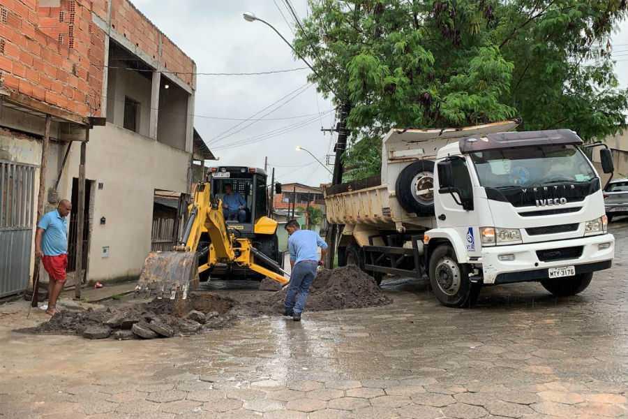 Equipe trabalha em adutora que rompeu no bairro Shell. Crédito: Divulgação