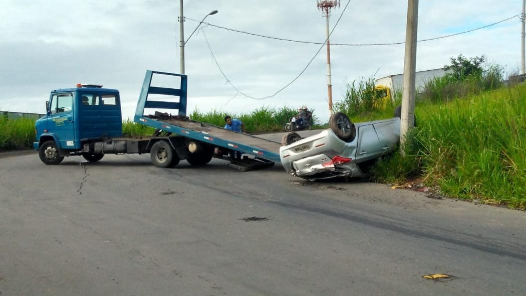 Suspeito tentou fugir com carro roubado, mas perdeu o controle e capotou, na Rodovia do Contorno, em Cariacica. Crédito: Kaique Dias