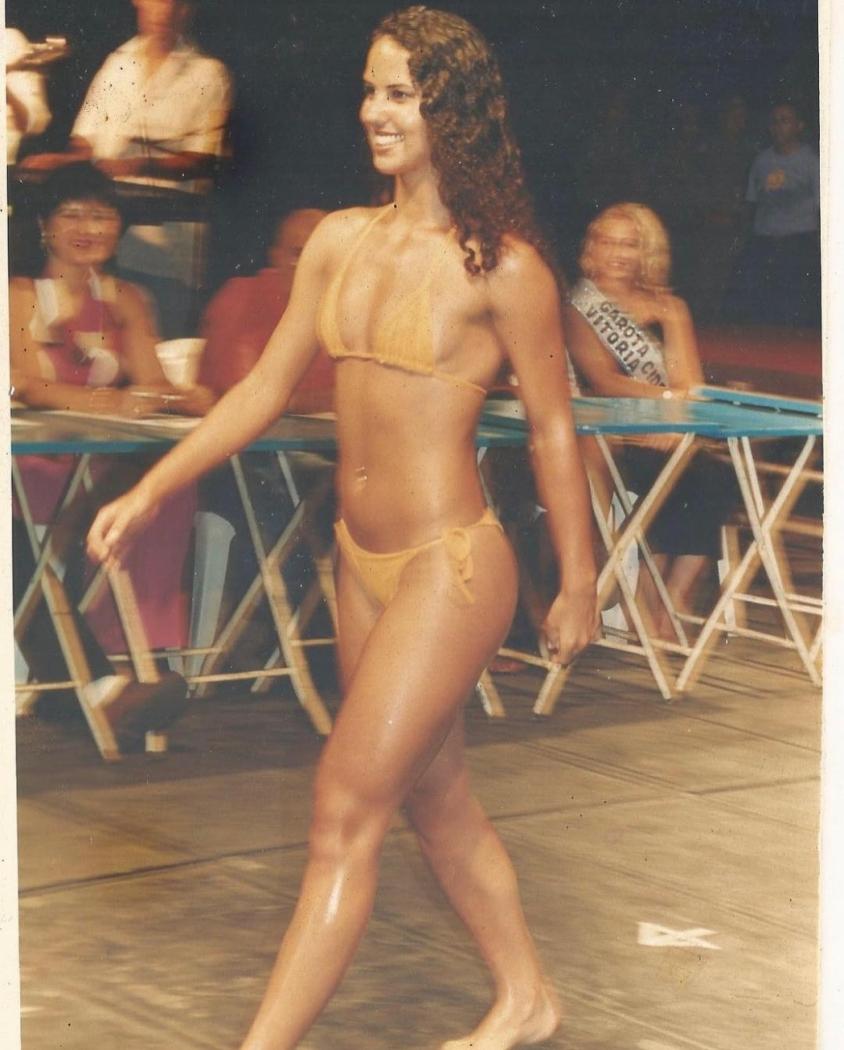 Graciele Lacerda surge em foto aos 21 anos vestindo biquíni concorrendo em concurso de beleza em Vitória, no Espírito Santo