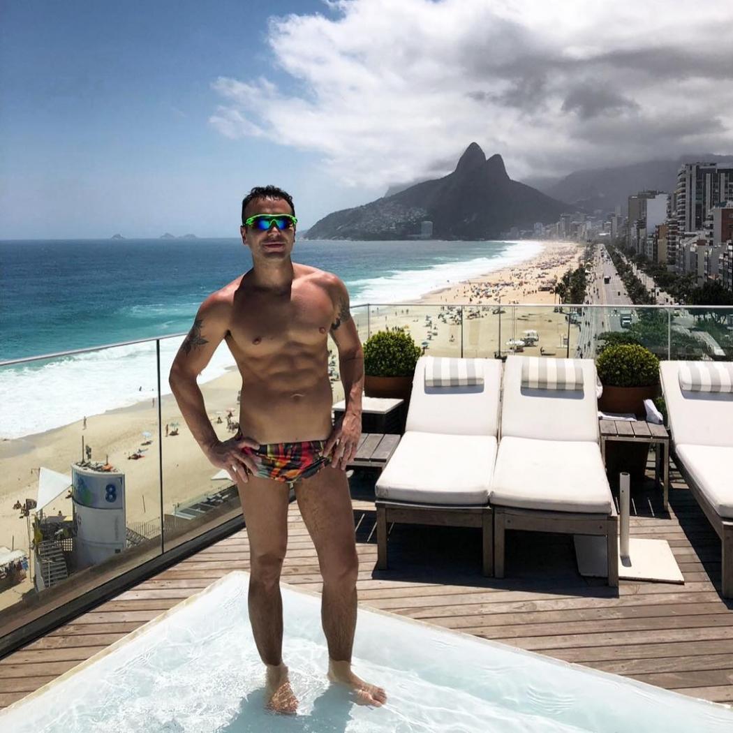 Matheus Mazzafera exibe corpo escultural em hotel de luxo do Rio de Janeiro