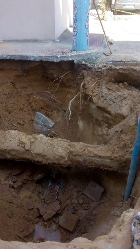 O rompimento de uma adutora deixou 5 mil pessoas sem água em Colatina. Crédito: Divulgação/PMC