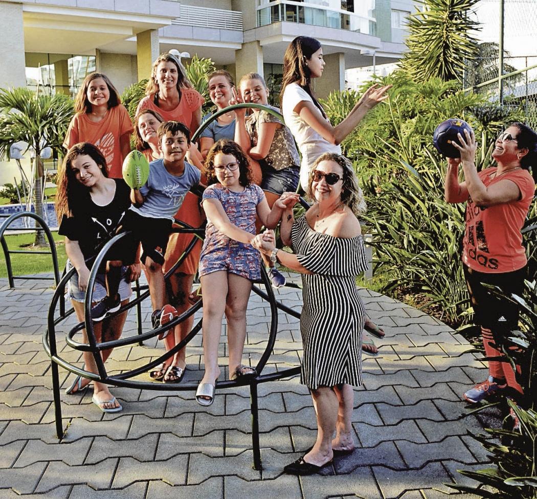 Jocélia Campos, camisa vermelha participando com outros moradores da colônia de férias do Residencial Jardins, Jardim Camburi . Crédito: Ricardo Medeiros