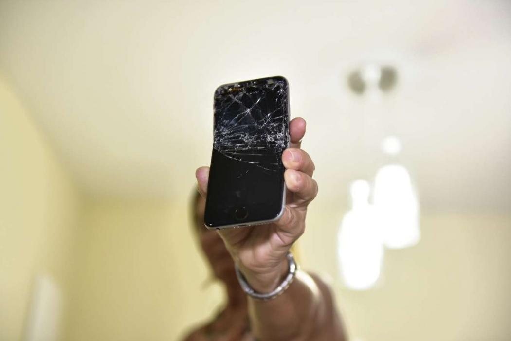 Celular  foi quebrado para impedir pedido de socorro. Crédito: Marcelo Prest