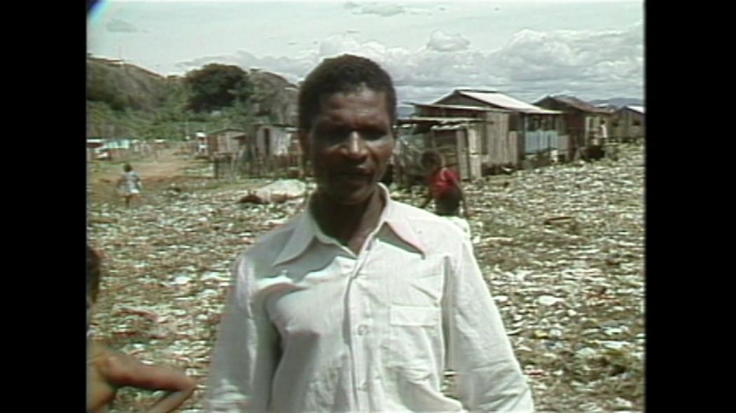 Nilson Neves dos Santos começou a trabalhar no lixão após ficar desempregado e, no filme, faz um longo desabafo sobre o desemprego.