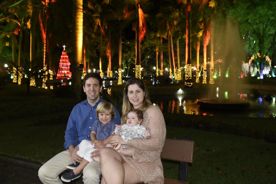 Eduardo e Izabela levaram os filhos Enrico, 2 anos, e Mariah, de 3 meses, para curtir a decoração no Parque Moscoso. Crédito: Carlos Alberto Silva