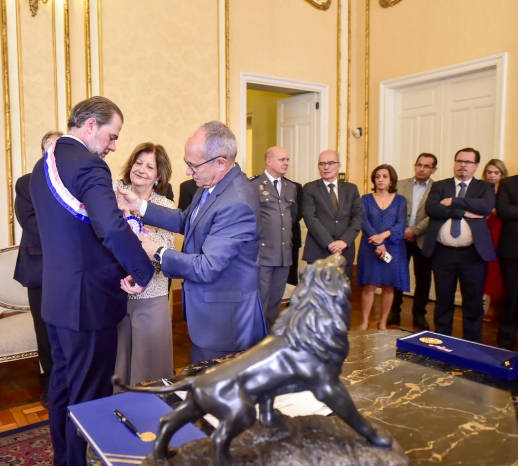 Governador Paulo Hartung homenageia, com a comenda Jerônimo Monteiro, o presidente do STF, Dias Toffoli. Crédito: Leonardo Duarte/Secom