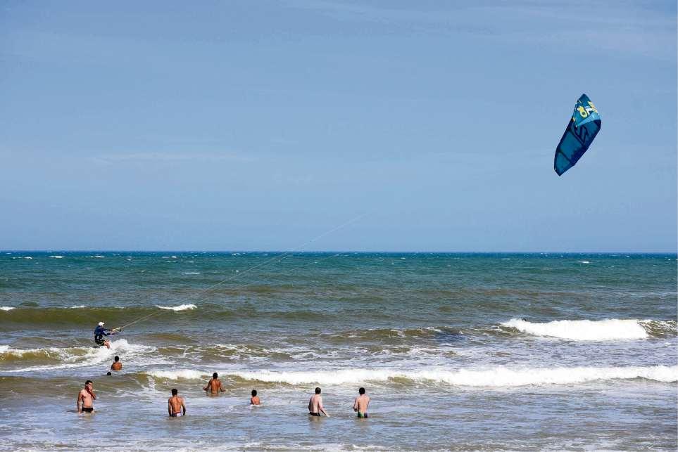 Banhistas praticando kite surf  na praia de Jacaraípe, no verão. Crédito: Fernando Madeira
