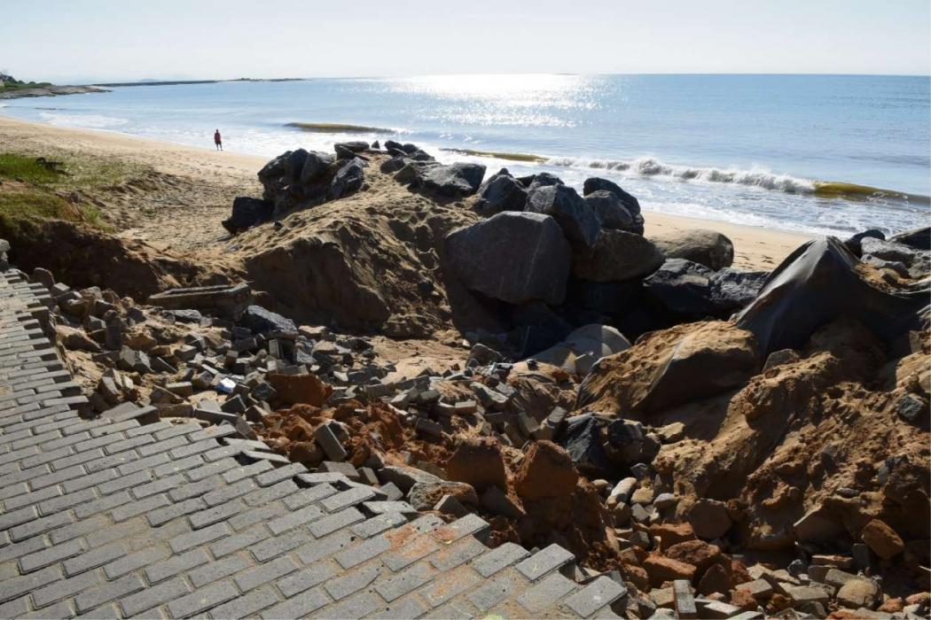 Mesmo com aterro de pedras, o mar destruiu parte do calçadão na Avenida Atlântica, Praia da Barra, em Marataízes. Crédito: Carlos Alberto Silva