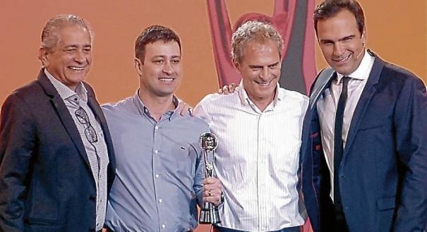 Gabriel e seu prêmio ao lado de Antonio Zimmerle, Marcello Moraes e Tadeu Schmidt