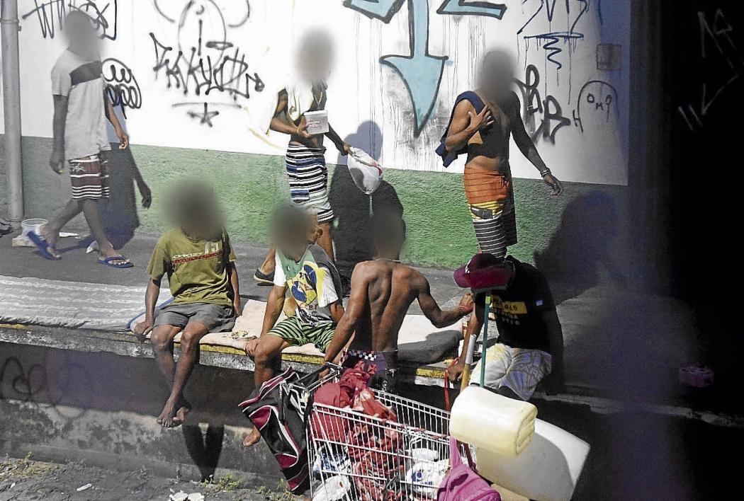 Usuários de droga que vivem na rua ocupam espaço em frente aos galpões do IBC, em Jardim da Penha. Crédito: Carlos Alberto Silva