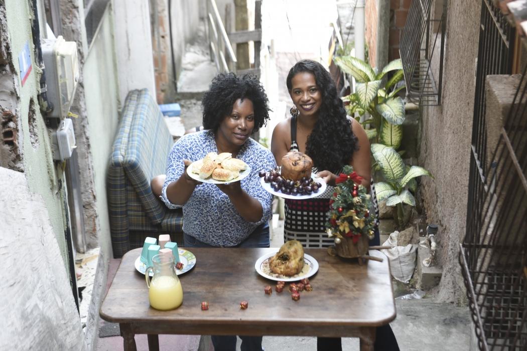Marcella Julia Moura e Fernanda Pereira  vão preparar a ceia de Natal com direito a  frango, farofa e panetone. Crédito: Vitor Jubini