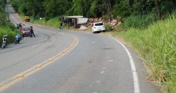 Motorista fica ferido após caminhão tombar em Castelo. Crédito: Internauta Gazeta Online