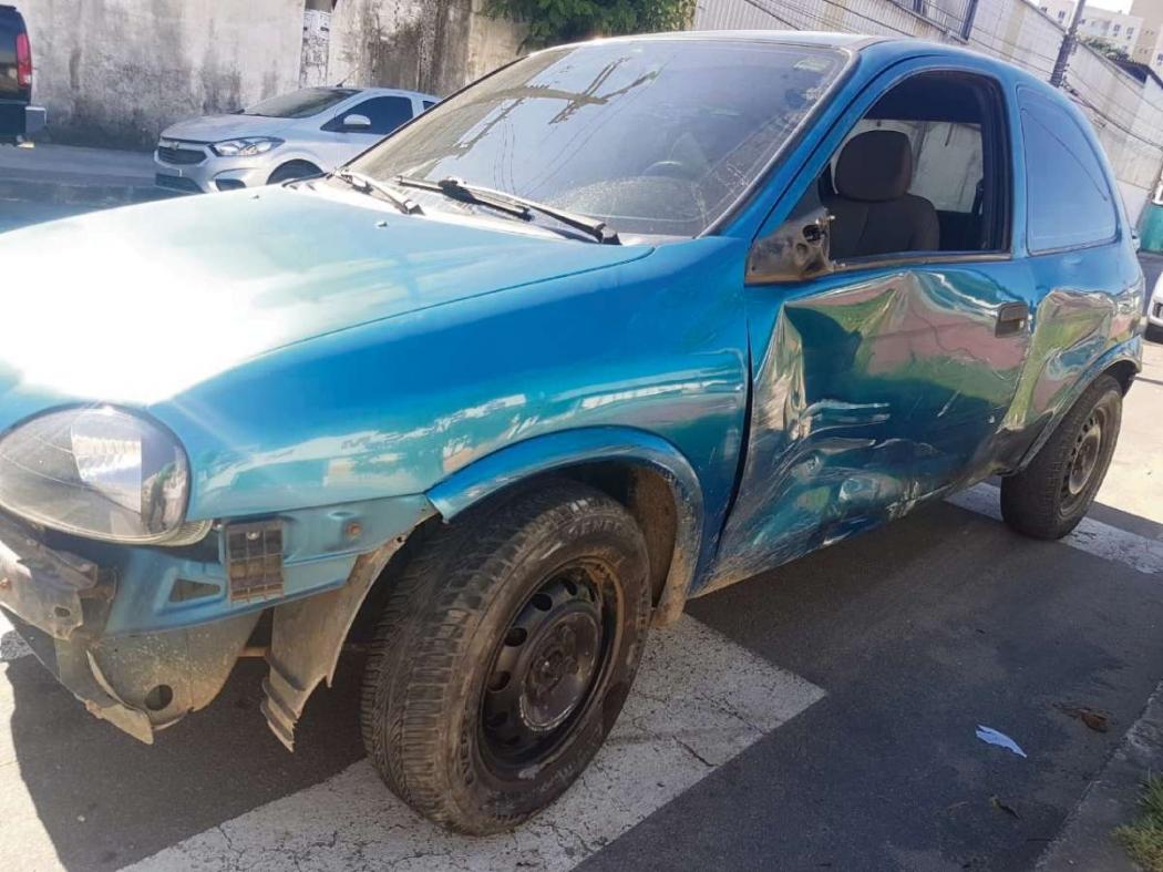 Carro roubado foi recuperado, bastante danificado, após perseguição. Ele foi levado à Delegacia Regional de Cariacica. Crédito: Glacieri Carraretto | NA