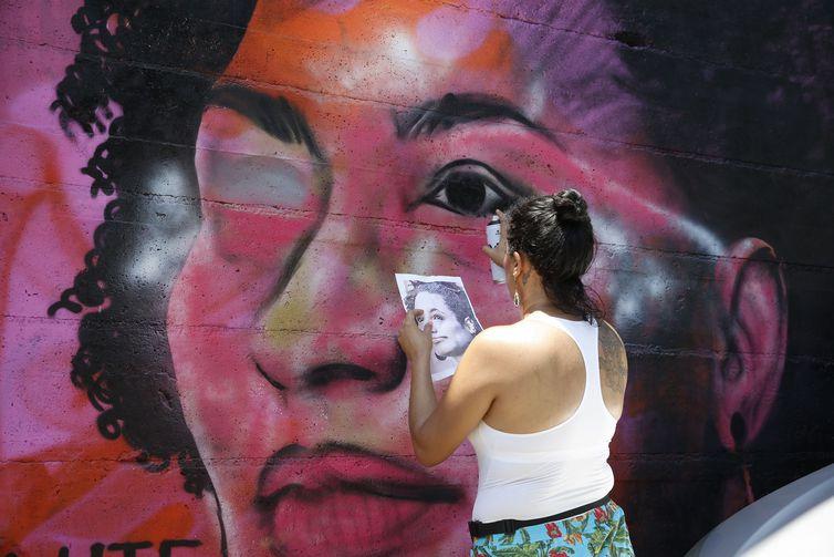 Grafite em homenagem a Marielle Franco feito por Pammela Castro na comunidade Tavares Bastos, na zona sul do Rio de Janeiro é refeito após ser vandalizado. Crédito: Tomaz Silva/Agência Brasil