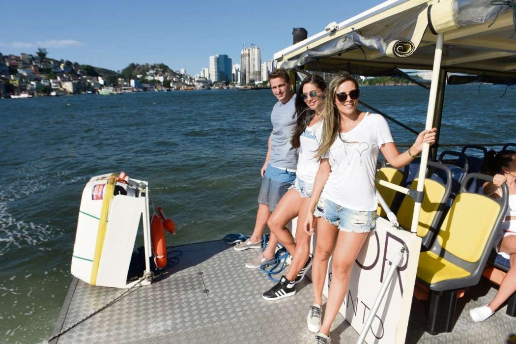 Alex Altoé, Priscila Rocha (loira) e Angélica Scaldaferri aproveitam o verão para fazer um passeio de balsa na baía de Vitória. Crédito: Vitor Jubini