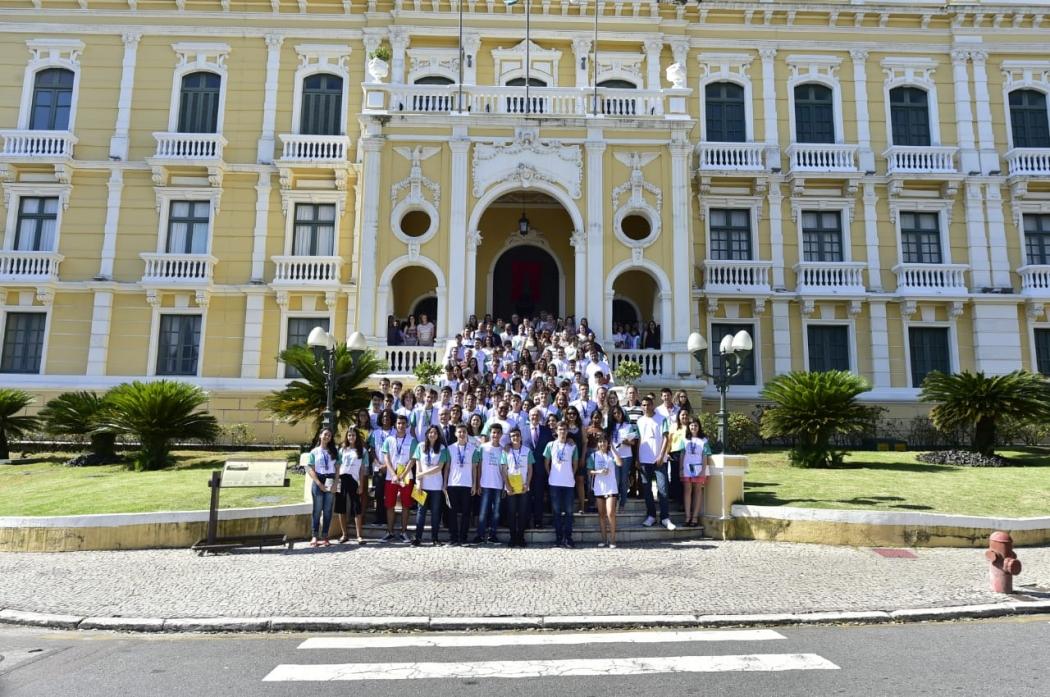 Alunos medalhistas posam em frente ao Palácio Anchieta. Crédito: Leonardo Duarte/ Secom