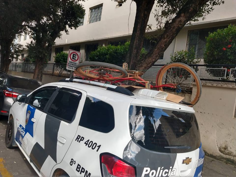 A bicicleta que havia sido furtada, foi transportada em cima da viatura da PM. Crédito: Divulgação/PC