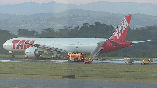 O avião da Latam que fez o pouso de emergência. Crédito: TV Globo / Reprodução
