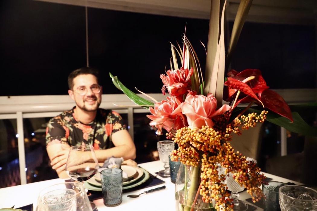 Felipe Backer aprendeu com a mãe a ter gosto pelas flores e contrata o serviço devido à rotina corrida. Crédito: Luciana Azevedo