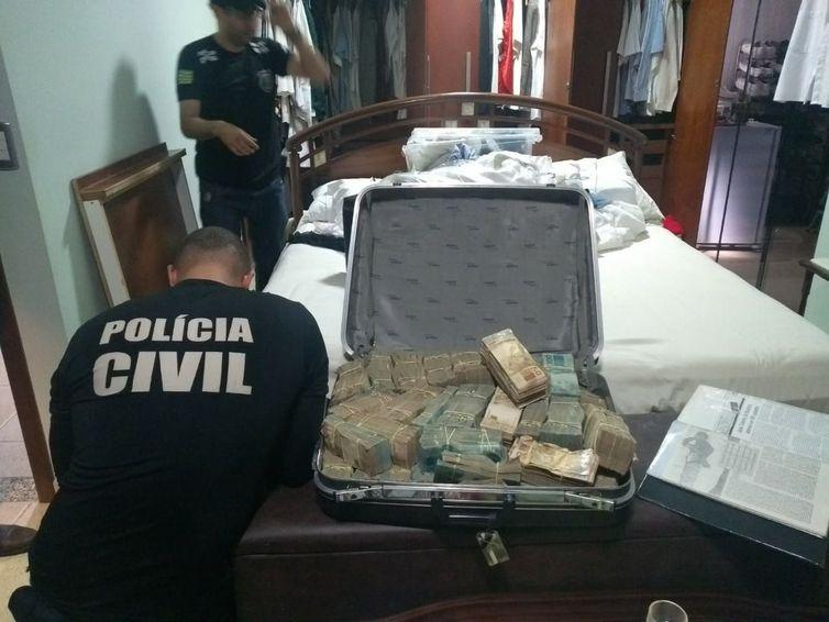 Polícia de Goiás encontra dinheiro dentro de mala na casa de João de Deus. Crédito: Divulgação | Polícia Civil de Goiás