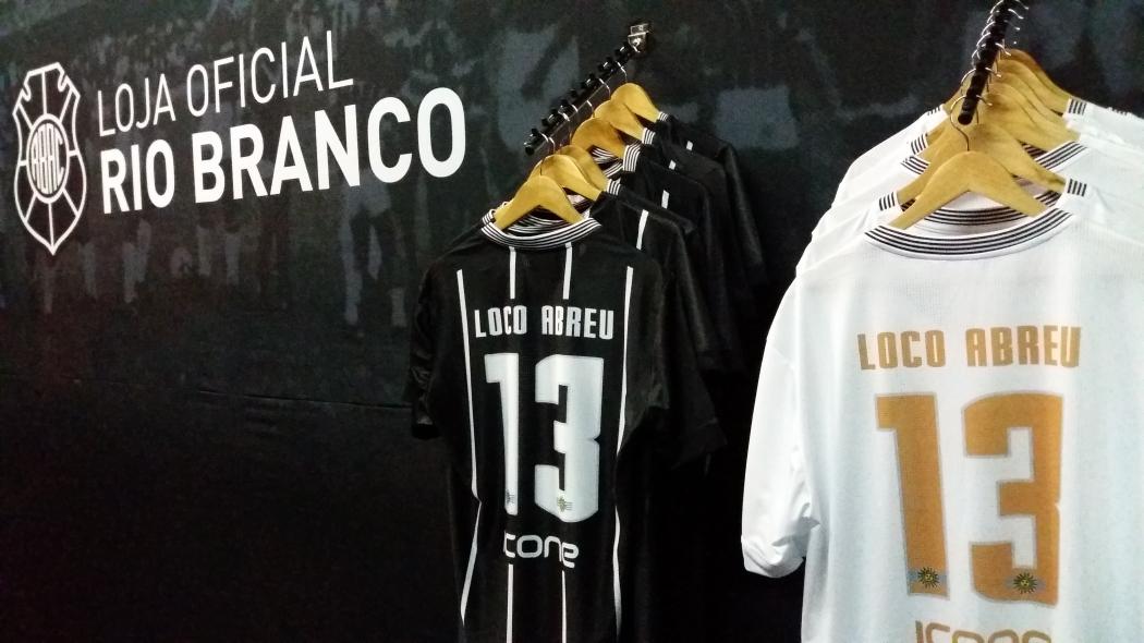 ef579130c9 Camisa de Loco Abreu bate recorde de vendas no futebol capixaba ...