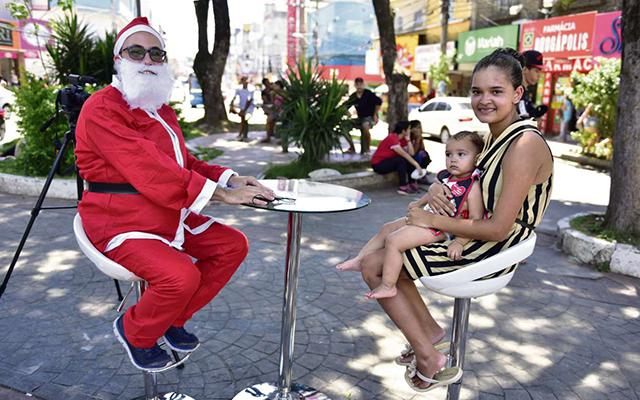 Papai Noel repórter com Luciele, de 18 anos, e a filha dela, Roberta, de 1 ano. A jovem deseja conseguir trabalho e comprar a casa própria. Crédito: Marcelo Prest | GZ