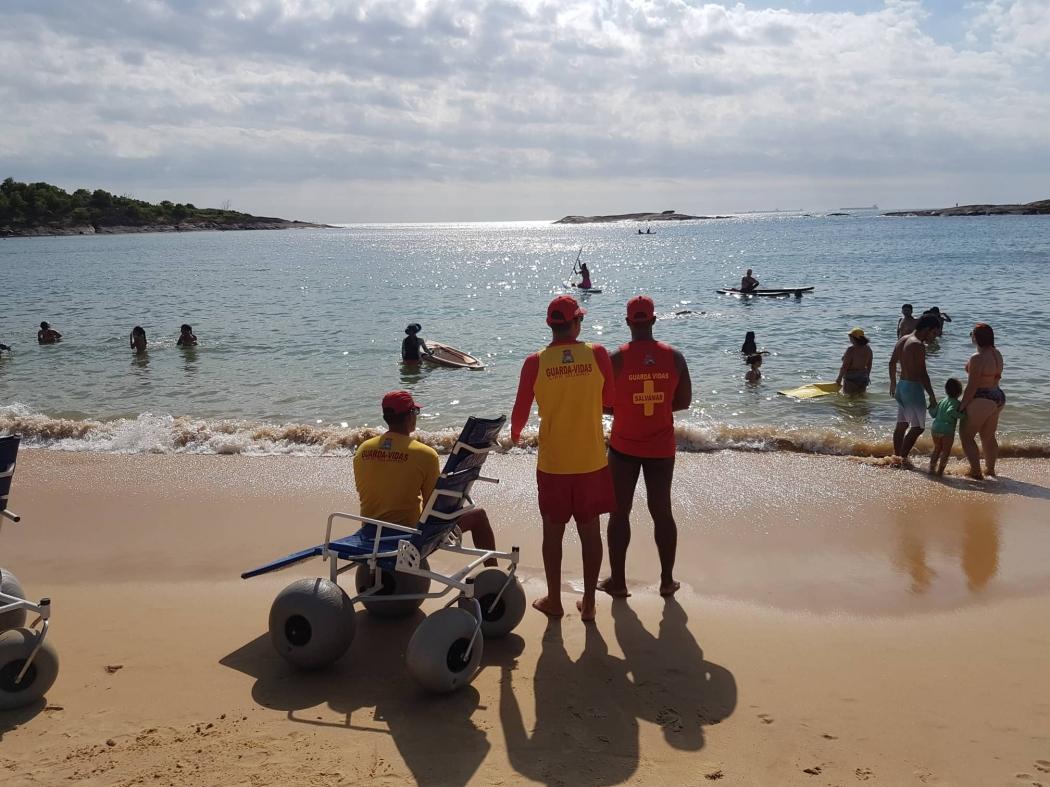 6713fca63 Um mar de inclusão: projeto leva cadeirantes ao mar em Vitória e VV -  Reportagens - CBN Vitória