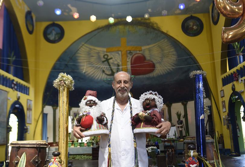 Luiz Augusto, da Fraternidade Tabajara, explica que na  Umbanda Jesus Cristo é associado a Oxalá e que adeptos da religião cantam hinos para celebrar a data. Crédito: Vitor Jubini